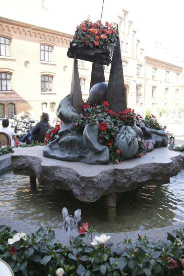Den flyvende kuffert pyntet til Odense blomster festival